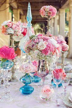 rosa Rosen und Hortensien in Glasvasen