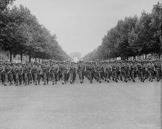 1944, France, Paris, Défilé de troupes US sur les Champs Elysées