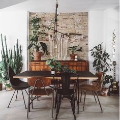 Hands up who else would love a Friday night around this dining table with that drinks bar (swipe left!) - I love your style @copenhagenwilderness ✨👌🏻 happy Friday friends! ...📷 @copenhagenwilderness