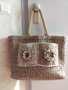 Gemaakt door Corrie van Welie met zakken erop Trendy Clothing, Trendy Outfits, What To Wear Today, How To Wear, Crochet Bags, Jute, Straw Bag, Free Pattern, Crochet Patterns
