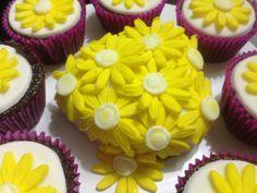 Bolo de chocolate decorado com recheio de coco #daisy #flower #sweetsugardream #spring