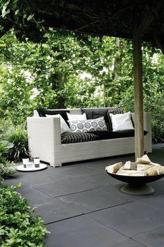 Sfeerfoto betontegels 50x50x5 ZF zwart rustiek en romantisch #sierbestrating