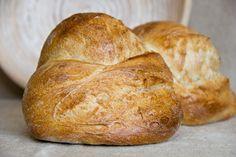 Sehr aromatische großporige Krume, knusprige Kruste. Hübsches Brot. Ich habe Ruchmehl genommen und nichts angepasst.