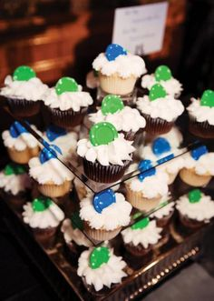 pokerowe smakolyki/ Win over your guests with playful poker chip cupcakes!   Photo by Tara Lokey Photography  #wedding #favor #blue #green #cupcake #poker