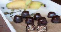 Banana oatmeal chocolates by Greek chef Akis Petretzikis. Chocolates filled with a mixture of oats, raisins, bananas, coconut, almond slivers and pumpkin seeds! Greek Sweets, Kids Meals, Sweet Recipes, Tea Time, Oatmeal, Pudding, Banana, Treats, Cooking