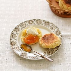#4コマレシピ 「オーブンを使わずフライパンで焼くスコーン」 生地を手でまとめたら、フライパンで両面焼くだけ!手軽なのに、素朴でおいしいんです。料理家・桑原奈津子さんに教わったレシピ、この後の投稿でつくり方をお届けします!  #北欧暮らしの道具店 #レシピ #おうちカフェ #うちカフェ #おやつ #オヤツ #お菓子 #おやつタイム #おやつの時間