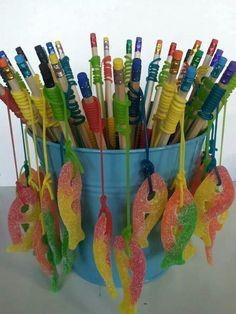 Gummifische hängen an den Bleistiften