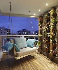 Terrasse von bc arquitetos Modern Balcony, Patio & Patio Designs by BC Arquitetos. Discover the most beautiful pictures for inspiration for the design of your dream home. Porch And Terrace, Porch Swing, Balcony Swing, Balcony Railing, Tiny Balcony, Balcony Planters, Terrace Decor, Balcony Chairs, Room Chairs