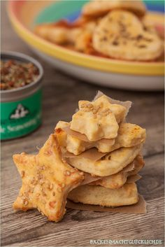 Savory gift from the kitchen, our favorite snack: Cracker with cheese … - Snack Mix Recipes Party Finger Foods, Snacks Für Party, Appetizers For Party, Savory Snacks, Snack Recipes, Homemade Crackers, Cheese Cookies, Food And Drink, Yummy Food