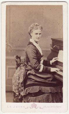 Christine Nilsson (1843-1921) Soprano singer, cdv risalente al 1870 circa con la Nilsson nell'insolita veste di musicista.