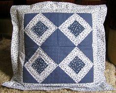 Tento bavlněný povlak na polštář má střed šitý přes papír, volila jsem pouze dvě základní barvy, aby byl kontrast co největší. Povlak je vypodložen vatelínem, proquiltovaný a v hraně falešného volánu také ozdobně vyšívaný multikolorovanými nitěmi. Nebojte se ho prát na 40°, i na víc :-) Látka byla přes šitím sepraná přesně v duchu patchworkových pravidel a tradic :-) Vnitřní rozměry povlaku jsou 40 x 40 cm.