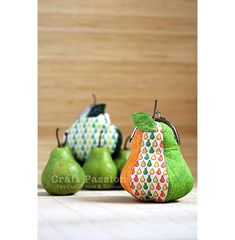 Free pattern and tutorial to sew Mic-O-Pear coin purse, a pear-fect pear purse in gamaguchi ball clasp metal frame.