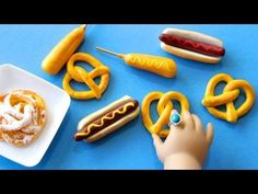 (Cornstarch Dough) How to Make Doll Carnival Food : Hot Dogs, Funnel Cake, Corn Dogs and Pretzels Comida American Girl, American Girl Food, American Girl Crafts, American Dolls, Barbie Food, Doll Food, Corn Dogs, Ag Doll Crafts, Diy Doll