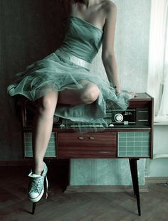 love it all. the colour, the dress, the converse, and the modern stereo.