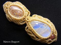 サンストーンとムーンストーンを連結して、装飾しながら編み込んだ、とても素敵なマクラメネックレスです。