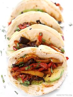 Chipotle Portobello Oven Fajitas are an easy and flavor packed dinner perfect for the summer. They're vegan, too! Healthy Recipes, Mexican Food Recipes, Vegetarian Recipes, Dinner Recipes, Cooking Recipes, Ethnic Recipes, Vegetarian Barbecue, Fast Recipes, Barbecue Recipes