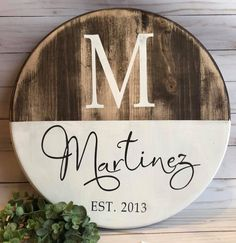 Circle wooden sign family name - sign ideas diy home decor, wood crafts и d Do It Yourself Furniture, Wood Circles, Diy Wood Signs, Wood Signs For Home, Wood Tray, Crafts To Make, Crafts Cheap, Fall Crafts, Diy Crafts