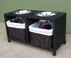 Este combo limpio de estación de comida y almacén de juguetes. | 19 Proyectos DIY brillantes para estaciones de comida para mascotas