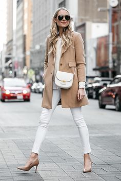 Is it okay to wear white after Labor Day? If you rock a put-together winter white outfit, then absolutely! Read my tips for creating a classic winter white outfit with the coziest cold-weather coat to break up your all-white look. Blazer Jeans, Look Blazer, Denim Jeans, Jeans Skinny Branco, White Skinny Jeans, Skinny Fit, Jean Outfits, Casual Outfits, Cute Outfits