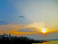 216  tramonto con parapendio a motore, costa largo ardito, Polignano a mare, Bari, Puglia, (foto di harley spicespan)