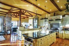 湖畔豪宅:溫馨的鄉村莊園式建築,拱形的屋頂,手工雕砌的石灰岩壁爐,桃花心木的門窗盡顯質樸。另有私人碼頭和帶戶外廚房的小木屋,遠離都市喧囂,盡享純真生活。 CAN $3,800,000