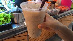 バンコクへ旅行に来て、目にするのが写真のような新鮮なフルーツをミックスした「フルーツジュース」だ。外の屋台やフードコート、もちろんタイ料理のレストランに行けば必ず飲めるフルーツジュースだがコーヒー...