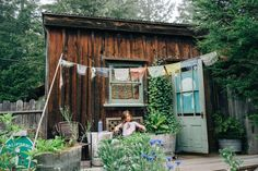 Cabin in Little River, United States. Situated in our garden, this cozy little redwood Shanti cabin is a 30 second walk to the bathroom, 12 minutes from Mendocino village, is equipped with  double/full mattress, electricity, towels, table, chairs and a heater. Self check in, just in c...