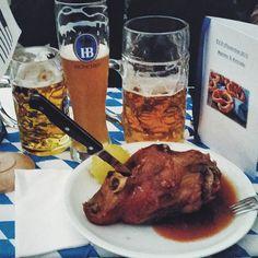 """Typisch deutsch. Oktoberfest in Hamburg  bei einem Partneruntermehmen. Und das am Freitag Abend  Ich sag nur mal: """"PROST"""" #oktoberfest #hamburg #гамбург #bier #beer #haxe #typischdeutsch #yummy #foodporn #instafood #вкусняшки #пиво #праздник by lubahaas #haxenhaus #people #food"""