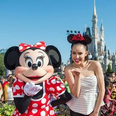 Sofia Carson along with Minnie Mouse blowing a kiss Evie Descendants, Disney Channel Descendants, Disney Channel Stars, Disney Stars, Lumpy Space Princess, Princess Disney, Disney Girls, Sophia Carson, Adventures In Babysitting