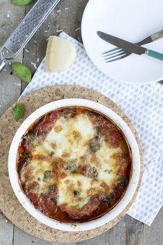 Een lekkere Italiaanse ovenschotel met aubergine, dat is melanzane alla parmigiana. Een meer dan prima gerecht voor deze woensdag lijkt me. In het ProeVkantoor pakket dat ik ontving zat ook een aubergine. Nu moet ik toegeven dat ik daar meestal niet zo gek op ben. De aubergines in Italië zijn super lekker, maar de Nederlandse... LEES MEER...