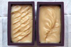 9 - Une fois la trace obtenue, versez immédiatement la pâte dans les moules. Vous pouvez vous amuser à faire de petits effets de relief à la surface, cela donnera un petit cachet à vos savons une fois découpés !