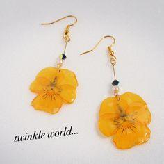 その名の通り、オレンジ色のパンジーの押し花をレジンでコーティングして作りました。パンジーが目立つようにその他はシンプルにまとめてみました^ - ^見ていて元気になれそうな夏にぴったりなアクセサリーです!!検索ワード結婚式 パーティー 普段使い リゾート ...