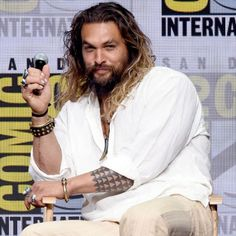 Superehero chic: Wearing a white linen shirt a pair of bone-coloured pants and an array of chunky finger bling, and going barefoot for the event, Jason looked to be in a playful mood as he revved up the crowd Jason Momoa Aquaman, Game Of Throne Actors, White Linen Shirt, Star Wars, My Sun And Stars, British Men, Man Vs, San Diego Comic Con, How To Make Shorts