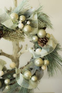 Green and white Christmas wreath with pearlized ornaments. Noel Christmas, Green Christmas, Winter Christmas, Christmas Music, Xmas, Holiday Wreaths, Holiday Crafts, Christmas Decorations, Shabby Vintage