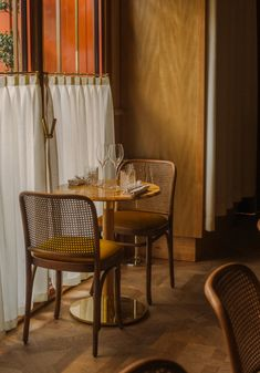 John Whelan adorns Paris' Nolinski restaurant with art-deco details Bar Restaurant Design, Decoration Restaurant, Café Restaurant, Restaurant Seating, Restaurant Furniture, Oriental Restaurant, Restaurant Interiors, Design Café, Art Deco Design