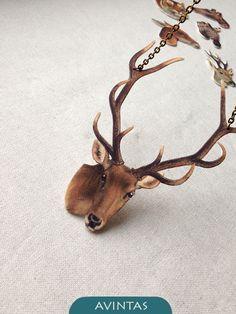 Jelen - náhrdelník plastová brož - jelen speciální plast, jehož povrch připomíná zvířecí srst, těmto vintage šperkům velice sluší rozměry jelení hlavy: 7,6x10,5x0,1 cm zavěšeno na hrubém řetízku starozlaté barvy v délce 50 cm, zapínání na karabinku graficky zpracovala: Klára Kubešová na přání připravím vybrané motivy z mé nabídky, upravím rozměry, ...