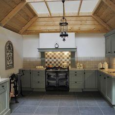 Deze landelijke keuken in Alblasserdam is uitgevoerd in de kleur 'oud groen'. Doordat het geen 'diepe' kleur is, gaat het iets naar de grijstint wat daardoor een authentieke uitstraling heeft. Een typisch landelijk karakter wordt gecreëerd door de fronten met een ingelegd binnenpaneel met groef. De kranslijst boven de kasten accentueren dit nog eens extra. … Kitchen Inspirations, Kitchen Cabinets, Kitchen Plans, Kitchen Styling, Kitchen Interior, Home Kitchens, Green Kitchen, Cool Kitchens, Country Kitchen