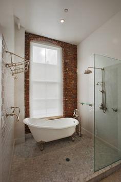 aménagement de salle de bains avec une baignoire sur pieds