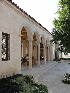 Love the arches and the columns Hacienda Homes, Hacienda Style, Spanish Style Homes, Spanish House, Italian Style Home, Castle House, Balcony Design, Facade Architecture, Facade House