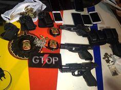 Armas, celulares e distintivos apreendidos com militares do Exército suspeitos de roubo em Ceilândia, no Distrito Federal (Foto: Polícia Militar/Divulgação)