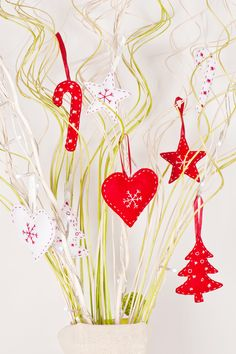 Easy Homemade Christmas Decorations - The holidays are everyone's favorite time of the year, and the perfect time to get crafty! Christmas Party Themes, Homemade Christmas Decorations, Christmas Events, Christmas Invitations, Simple Christmas, White Christmas, Christmas Crafts, Christmas Ornaments, Merry Christmas Everyone