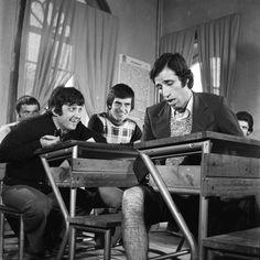 """Kemal Sunal, Halit Akçatepe ve Tarık Akan, Ertem Eğilmez-in yönettiği """"Hababam Sınıfı"""" çekimlerinde, 1975"""