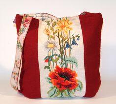 friedchensshop.dawanda.com: shopper in leuchtendem Rot. Auf der Vorderseite ist ein wunderschönes altes Gobelin Bild mit Feldblumen aufgenäht. Das Gobelin Bild wurde in liebev...