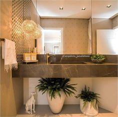 Lavabo, dourado, pia esculpida, samambaia no banheiro, Lustre dourado, Banheiro marrom e dourado, Arquiteta Jana Fabiani