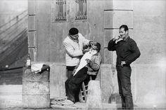 """Xavier Miserachs. """"Barcelona, 1962"""" Barber treballant al port Format original: negatiu, b/n, 35 mm © Hereves de Xavier Miserachs Col·lecció MACBA. Centre d'Estudis i Documentació. Fons Xavier Miserachs Enlazado de http://www.flickr.com/photos/arxiu-macba/5436171162/in/set-72157626024286022"""