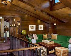 5-sofá-verde-com-paredes-em-madeira