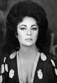 Elizabeth Taylor defined modern celebrity and is considered the last classic Hollywood icon. Elizabeth Taylor Trust and Elizabeth Taylor Estate. Hollywood Icons, Golden Age Of Hollywood, Hollywood Glamour, Old Hollywood, Classic Hollywood, Hollywood Stars, Hollywood Actresses, Oscars, Most Beautiful Women