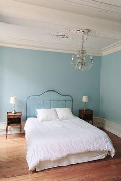 Queen sized bed in blue bedroom - Le Relais du Vieux Beaune - Beaune, Burgundy, France