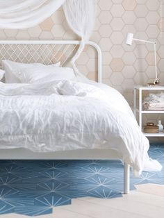 This incredibly simple bed frame is pretty much Ikea doing what it Murphy-bett Ikea, Cama Ikea, Ikea Bedroom, Home Bedroom, Bedroom Decor, Ikea Inspiration, Camas Murphy, Simple Bed Frame, All White Bedroom