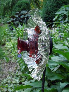 Art sculpture for garden or yard. Plate Flowers Garden, Glass Plate Flowers, Flower Plates, Garden Totems, Glass Garden Art, Glass Art, Sculpture Art, Garden Sculpture, Garden Whimsy